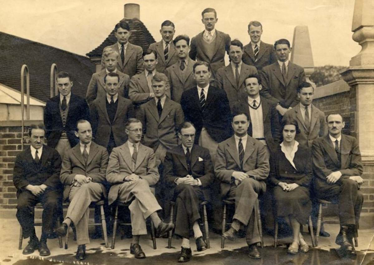 Group photo of 21 people in 1933